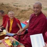 Khenpo Lodro Namgyal con Lama Tsondru bendiciendo la estupa